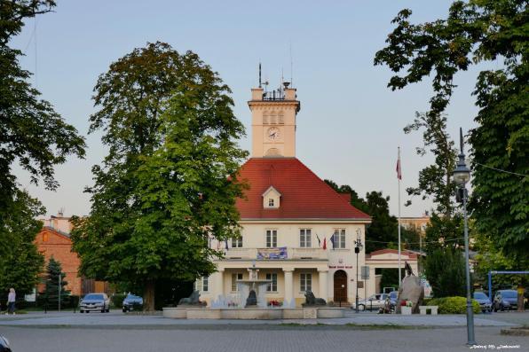Ratusz i rynek w Błoniu